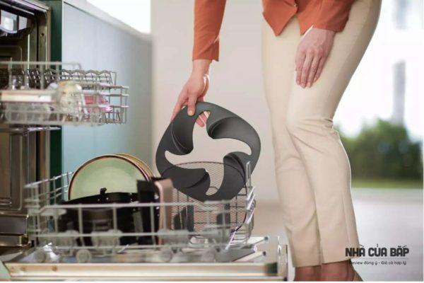 vệ sinh bằng máy rửa chén